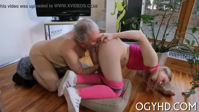 Old amateur granny jumping a dong