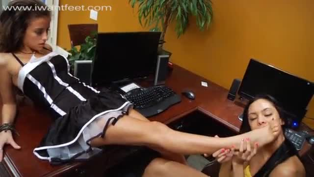 Hot danica logan gives a nice solejob
