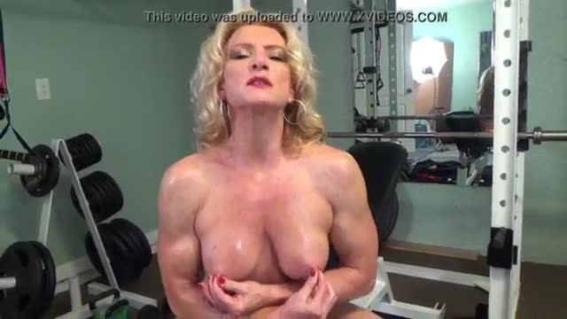 Amanda plays with her clit and squirt
