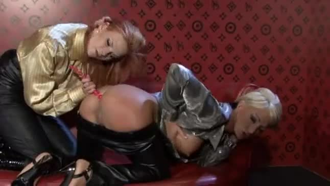 Ultra hot sexy lesbians in hot pants