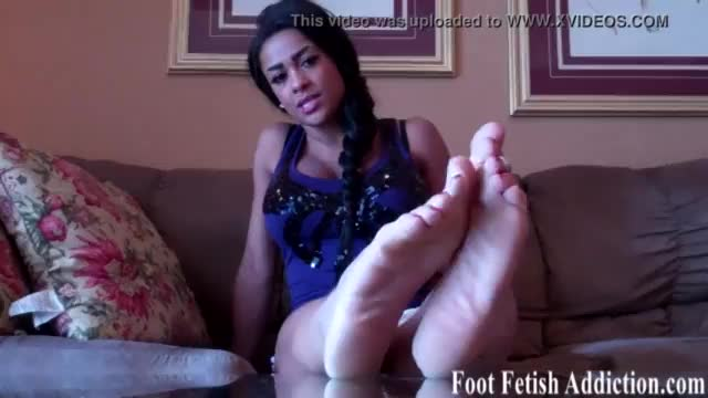 Farrah feet is a horny sexy young godess who loves getting her feet worship